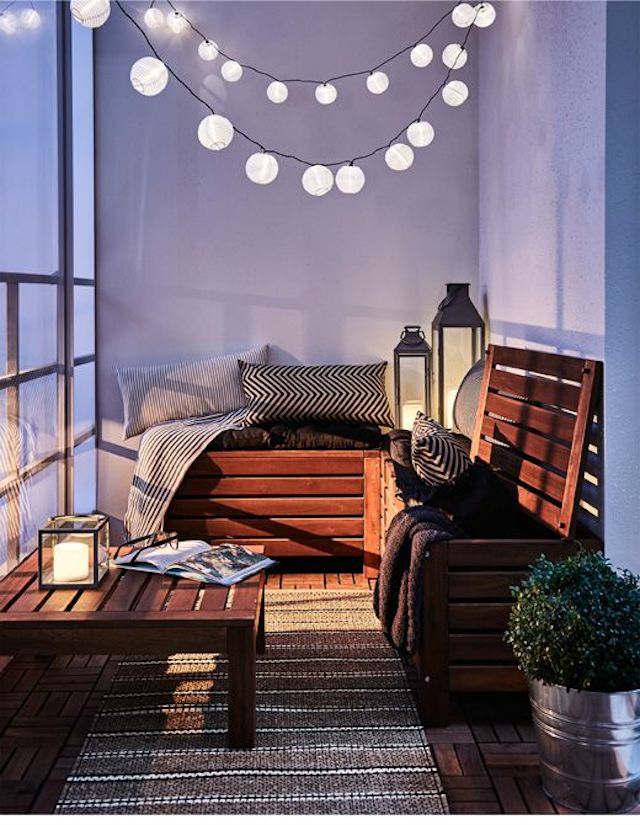 balcón con baúles y mesa baja