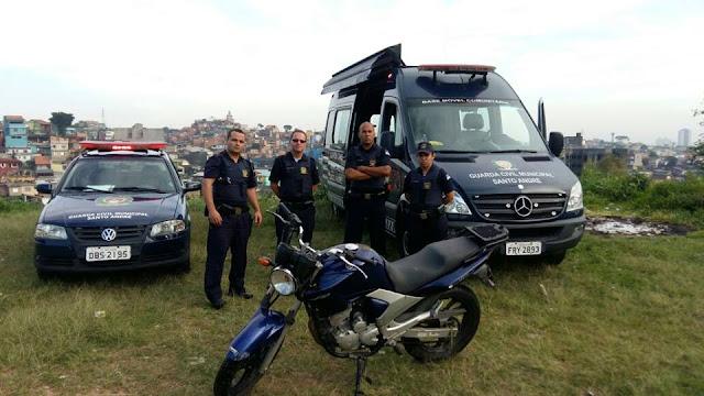 GCMs da 3º Inspetoria de Santo André localizam moto roubada abandonada na favela do Santa Cristina