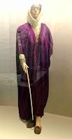 Başı örtülü bir bayan model üstünde mor renkli çizgili bir maşlah