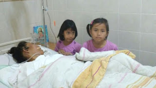 Perjuangan Mengharukan 2 Bocah Rawat Ibunya Pasien Kanker Payudara