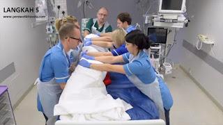 Langkah 5 reposisi pronasi pada pasien gangguan pernafasan ARDS