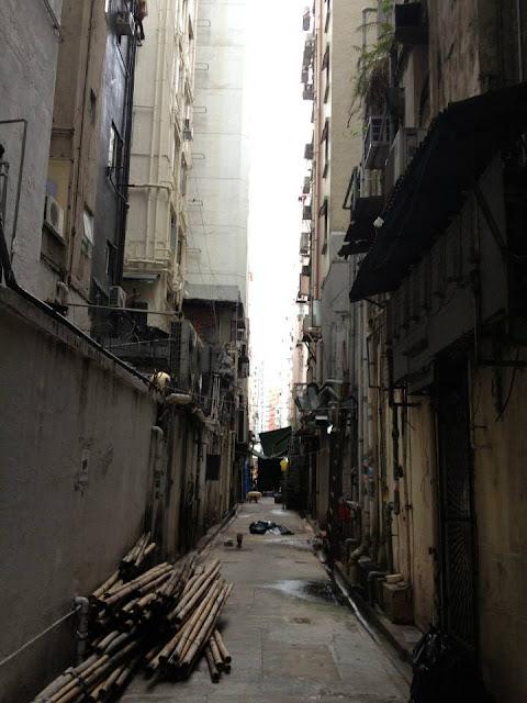 Boczna wąska uliczka z hotelem w Hong Kongu