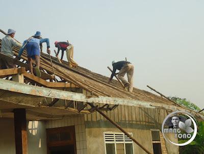 FOTO : Ngahiras ngarakrak konstruksi atap rumah Wak Endos