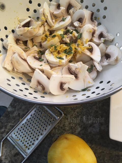 """alt=°des champignons coupés en lamelle avec des zestes de citron dans une passoire métallique blanche"""""""