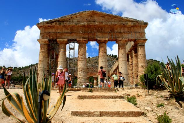 Passeio cultural no Templo e o Teatro grego de Segeste.