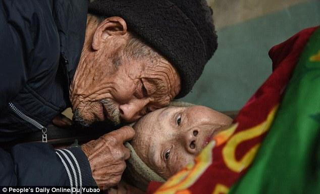 Tolak Ceraikan Istrinya yang Lumpuh, Pria Ini Malah Merawatnya Hingga 56 Tahun