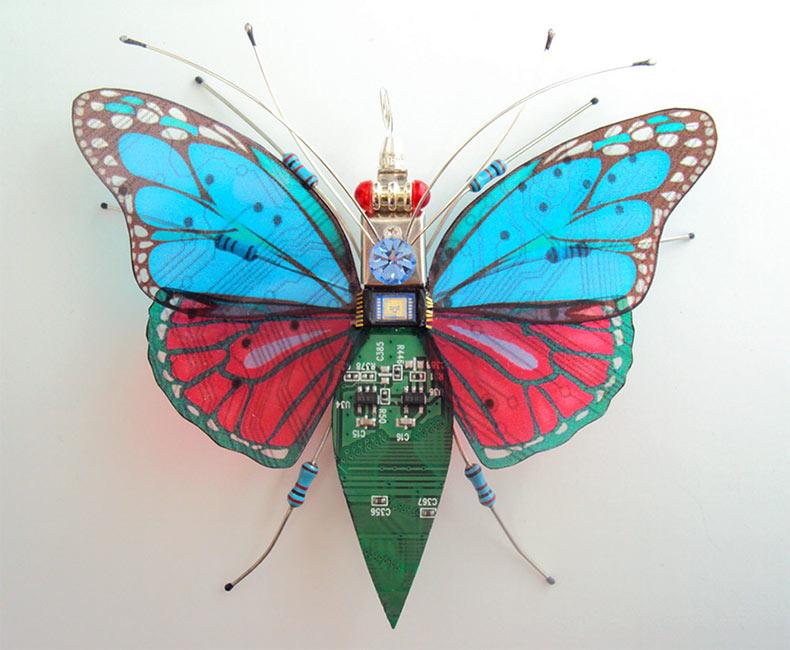 Insectos alados construidos de componentes de videojuego y computadoras de Julie Chappell Alice