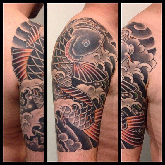 tatuaje de carpa koi japonesa en el brazo