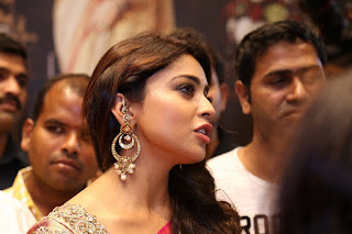 Shriya Saran Looks Stunningly Unbelievably sexy fully covered in Saree WOW Must see