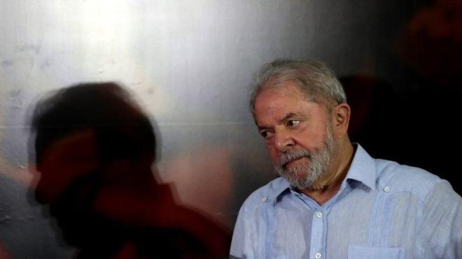 Lula entrega su pasaporte y cumple orden de arraigo