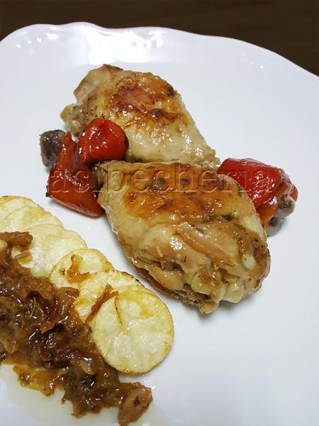 Pollo encebollado con  pimientos rojos y patatas fritas