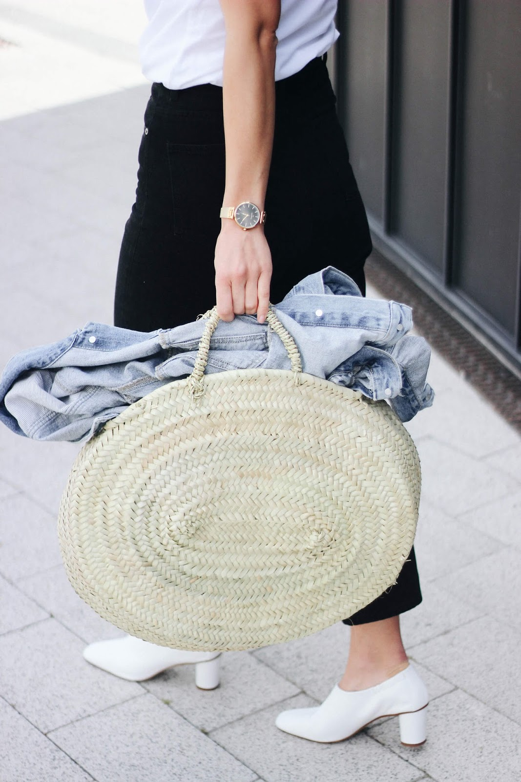 WOVEN BAG JEANS AND WHITE SHOES LOOK