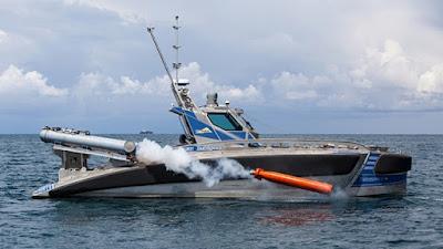 lancha no tripulada lanzando un misil