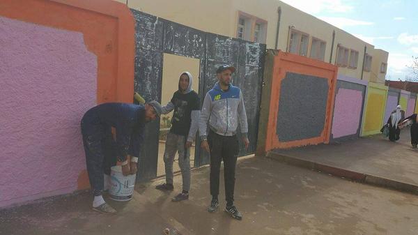 متطوعون ينظفون المدارس الإبتدائية من مخلفات الحملة الإنتخابية بالشطية