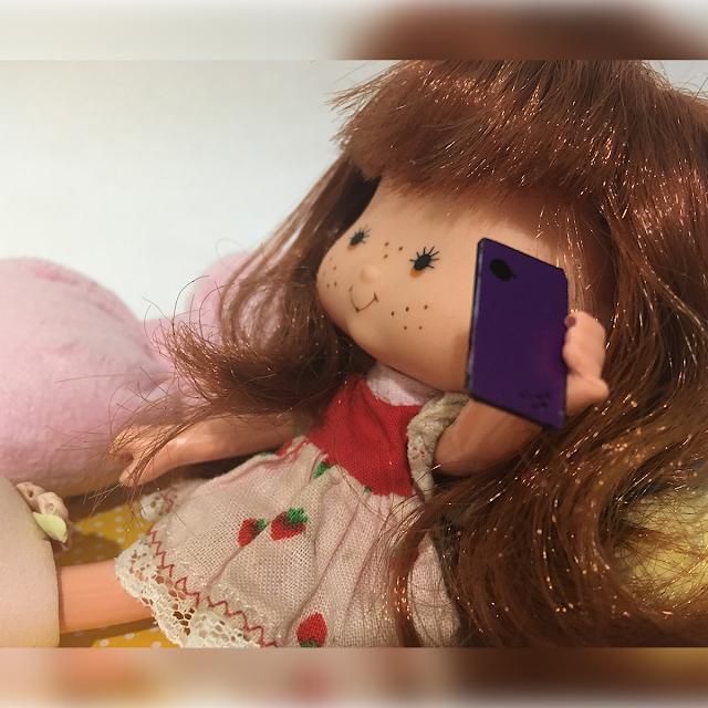 Boneca Moranguinho nova falando no celular