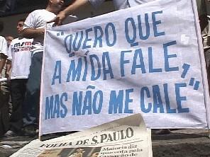Vivemos um período de centralização e grande poderio dos enormes conglomerados midiáticos que defendem interesses próprios. A concentração dos meios de comunicação impede a diversidade informativa e cultural e afeta a democracia.  É preciso fazer mais do que a denúncia do monopólio da mídia. O Estado pode e deve contribuir com outros importantes setores da comunicação, como a comunitária e alternativa.  A comunicação comunitária na cidade de São Paulo é riquíssima, conta com rádios e jornais comunitários que ajudam a formar a identidade cultural de nossa metrópole. Assim como a mídia alternativa que ultimamente tem cumprido fundamental papel para arejar o debate que muitos vezes é interditado pelas empresas que formam os monopólios de comunicação.