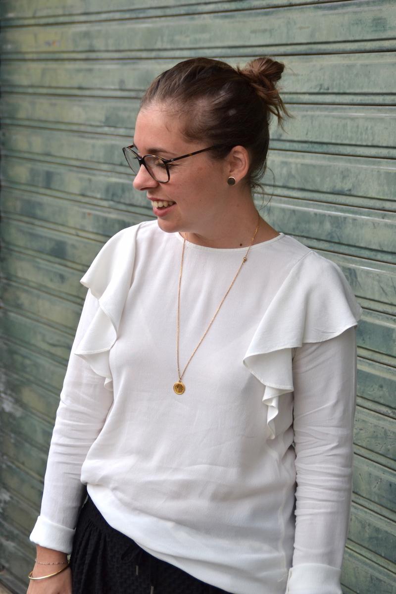 pantalon jogger noir H&M, blouse a volants H&M, collier médaille Amour, puce d'oreille H&M
