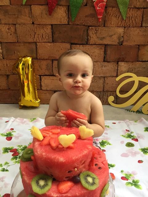 fotos de bebê esmagando bolo