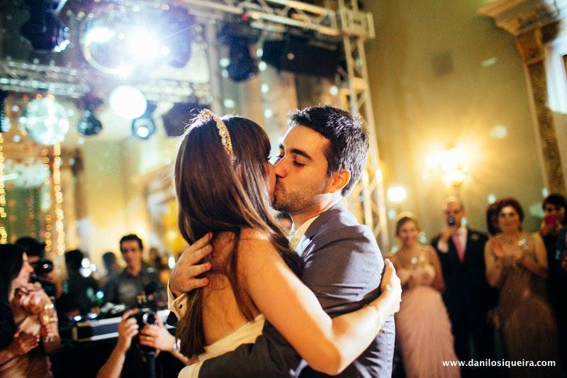 festa - recepcao - noivos - beijo noivos - primeira danca