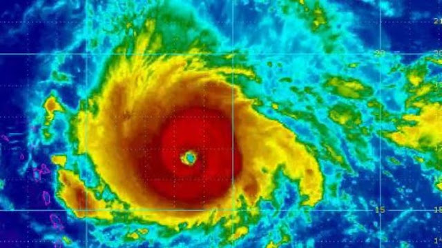 Furacão Irma, de categoria 5, chegou rasgando Porto Rico, onde 14 hospitais estão usando geradores depois que árvores caíram nas estradas.