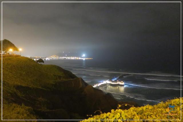 Vista noturna do Oceano Pacífico em Lima
