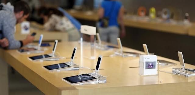 Compra de aparelho celular na loja da Apple na Califórnia