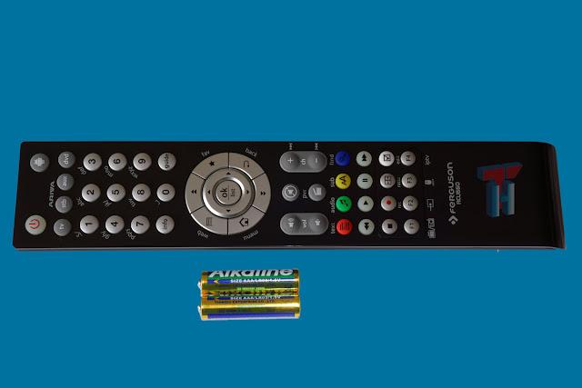Mando multifunción y pilas del Ariva 4K Combo.