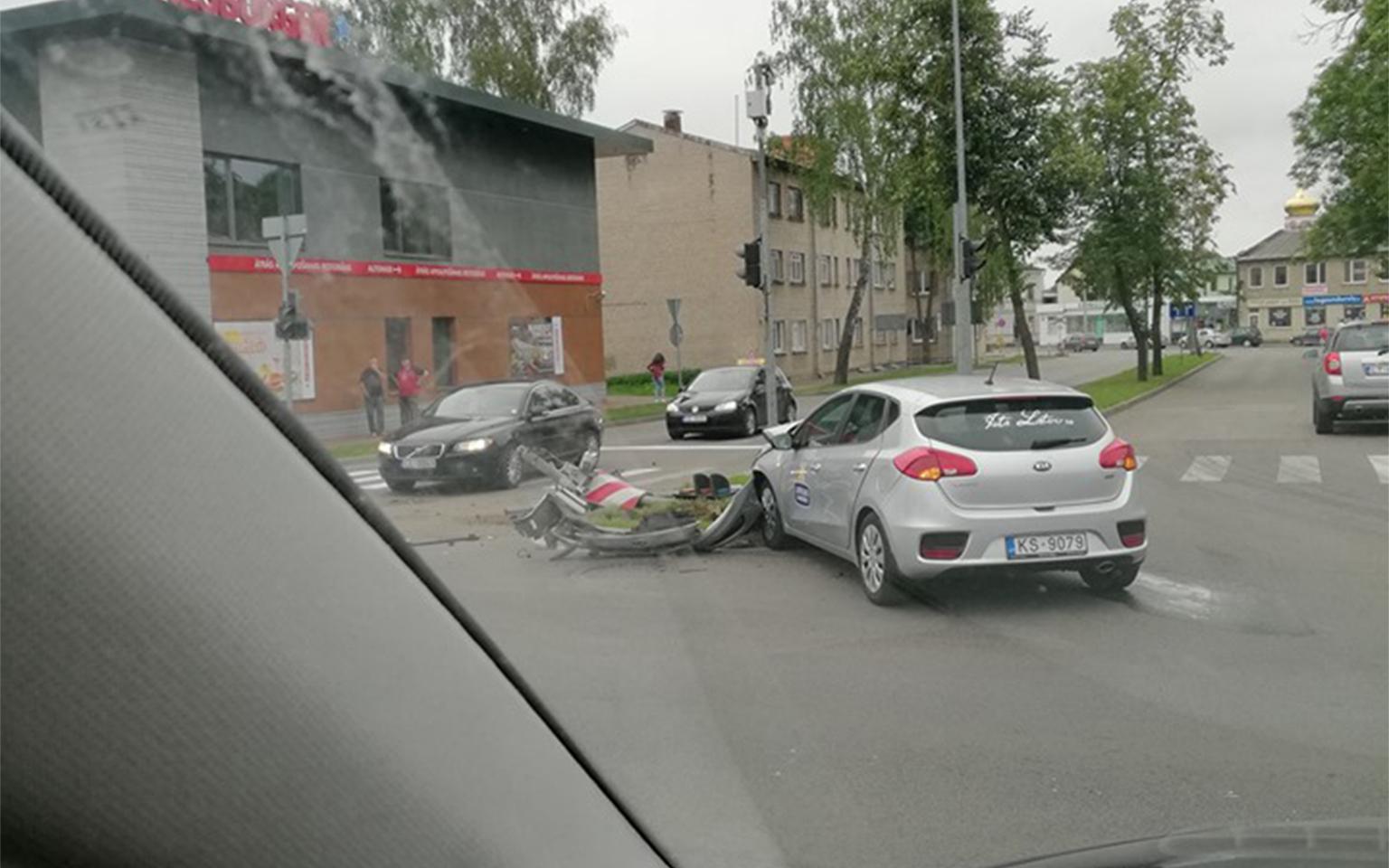 Daugavpilī pēc avārijas apgāžas auto