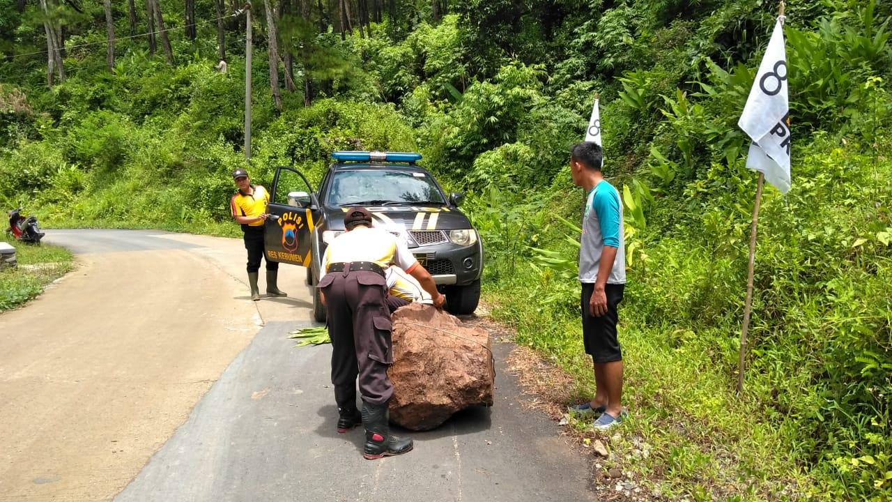 Polsek Sadang Singkirkan Batu Besar dengan Mobil Patroli