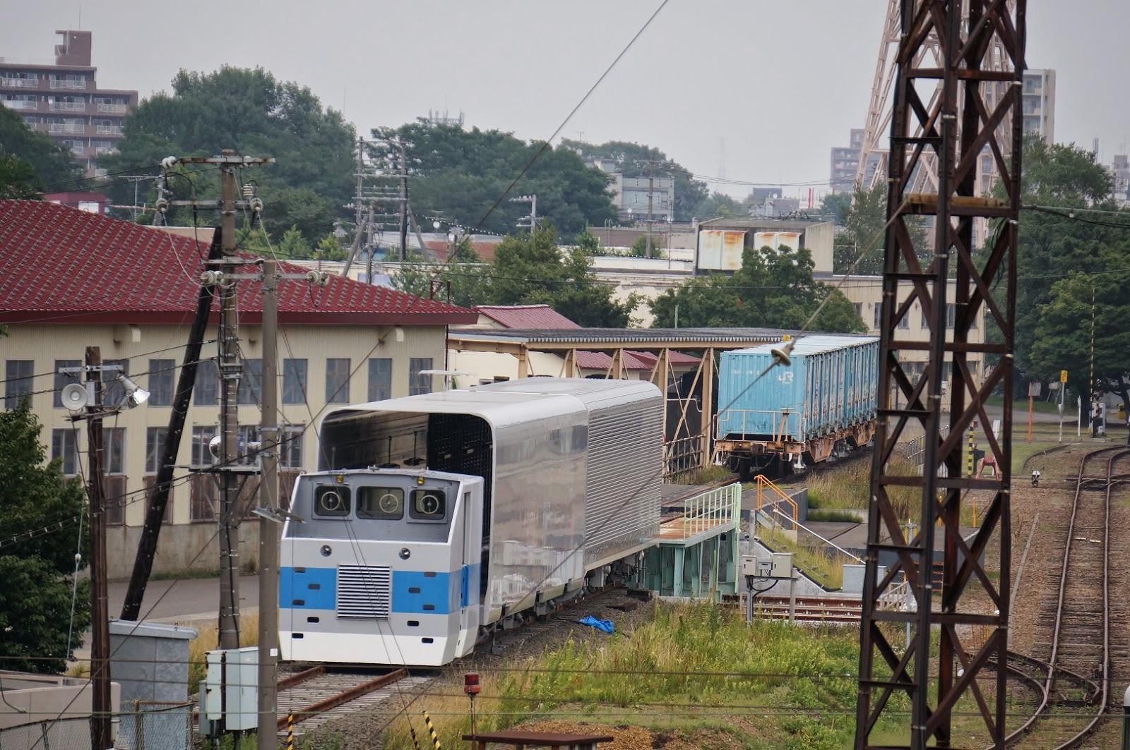 苗穂工場に留置されるトレインオントレイン試験車両