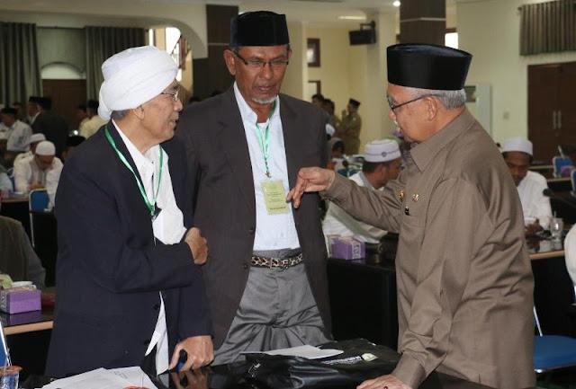 Khatib Jum'at Pegang Tongkat Berlaku Di Semua Masjid di Aceh