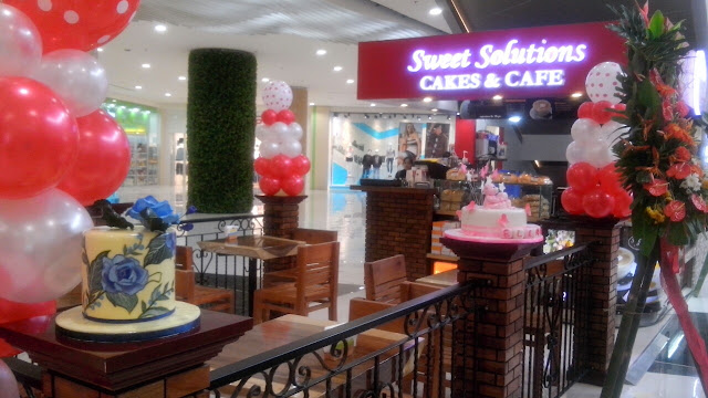 So this Caloocan-based blogger (sometimes Manila-based or Bulacan-based, NPA ang peg hehe) went all the way down South to Robinsons General Trias Cavite just to taste the so-called BEST chocolate cake in town - by Sweet Solutions!