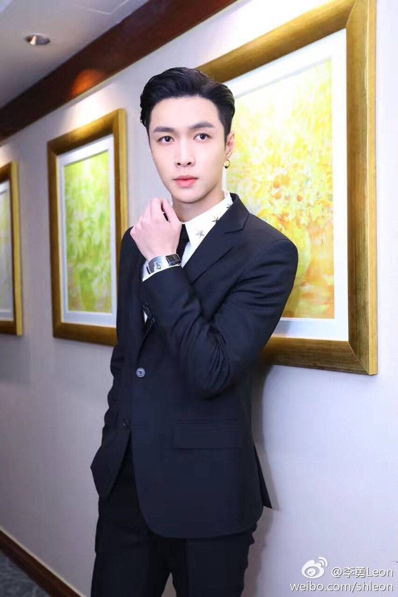"[TRANS] 170226 李勇Leon SMG General manager Weibo Update with Lay: ""Congrats on winning all around artist award.."""