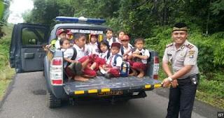 SALUT... Kapolsek Hentikan Mobil Patrolinya Saat Bertemu Anak Sekolah Pulang Jalan Kaki, ini Kata Beliau