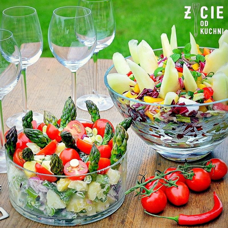 salatka, szparagi, majowka, grill, salatka do grilla, co do grilla, salatka ziemniaczana, mlode ziemniaki, weekend, dlugi weekend, przyjecie w ogrodzie, grill, danie na grilla, przepisy na szparagi, przepisy na salatki, pomidory koktajlowe,  maj, kieliszki do wina, ogrod, blog, zycie od kuchni