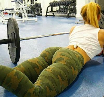 chica fitness tumbada en el suelo del gimnasio