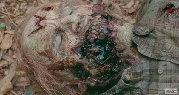 Zombie with W en The Walking Dead 5x13 - Forget