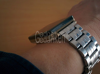 LG G Watch in weiß mit alternativem Metallarmband in der Seitenansicht