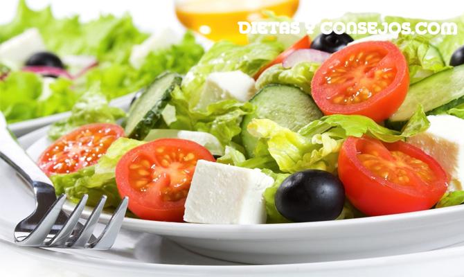 Ensalada de verduras con queso y baja en calorías