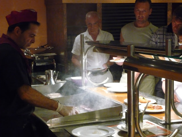 Приготовление на раздаче рыбы и мяса в ресторане отеля Беверли Парк в Бланесе