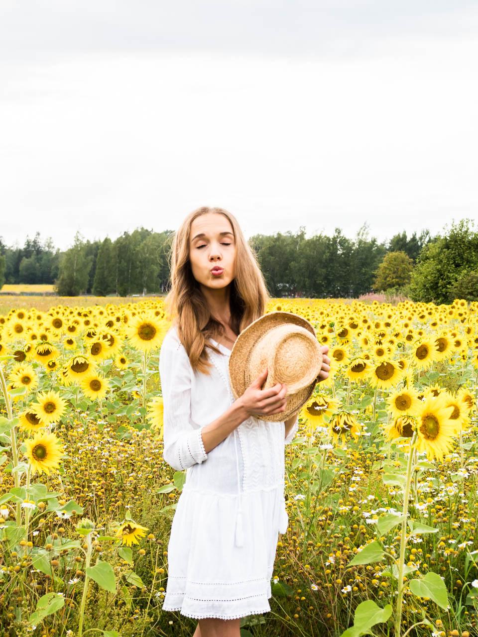 sunflower-field-photography-fashion-blogger-summer-trends-2019-cycling-shorts-auringonkukkapelto-muoti-bloggaaja-kesä-trendit-pyöräilyshortsit