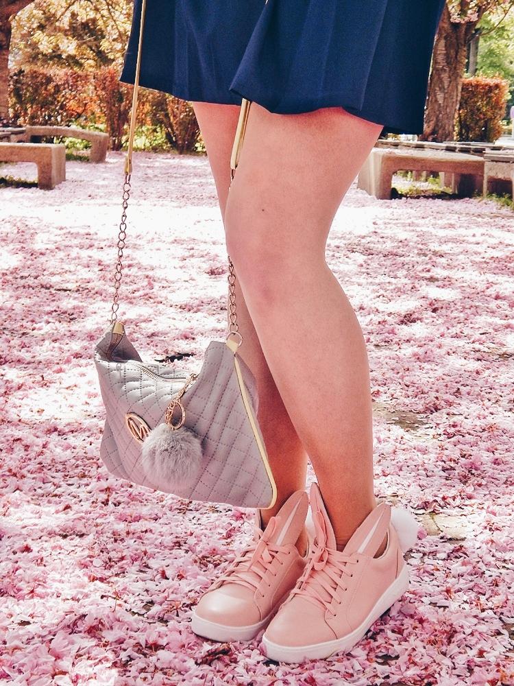 24 melodylaniella gamiss manzana różowe sneakersy króliczki granatowa sukienka skórzana ramoneska pikowana listonoszka szara manzana praga photoshoot sesja zdjęciowa fashion style modnapolka lookbook ootd girls