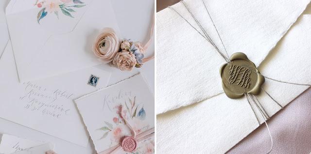 Zaproszenia ślubne z motywem kwiatowym i pieczęć na zaproszenia (lakowane koperty) od White Letters.