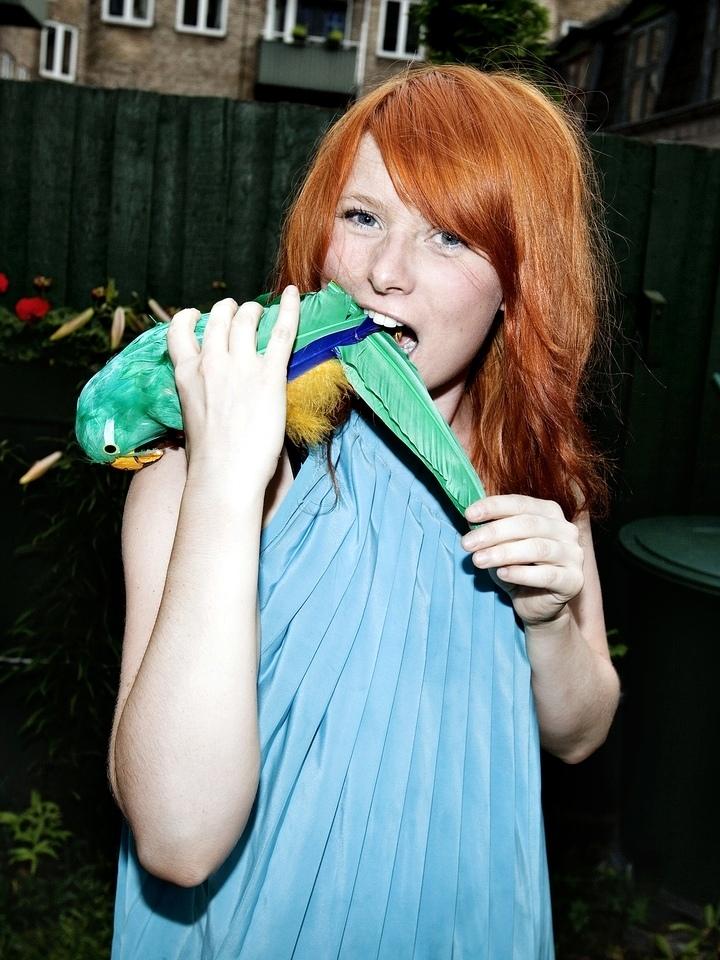 Annika Aakjær bider papegøje