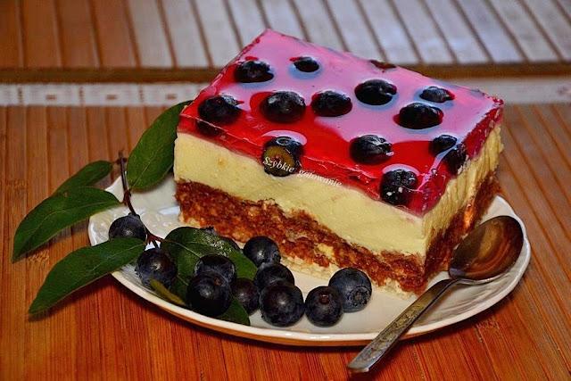 Pyszne warstwowe ciasto bez pieczenia z borówkami i galaretką