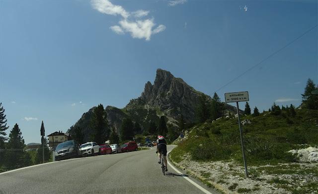 Rampe zum Falzaregopass, Hexenstein, Radrennfahrer, autos am Straßenrand parken