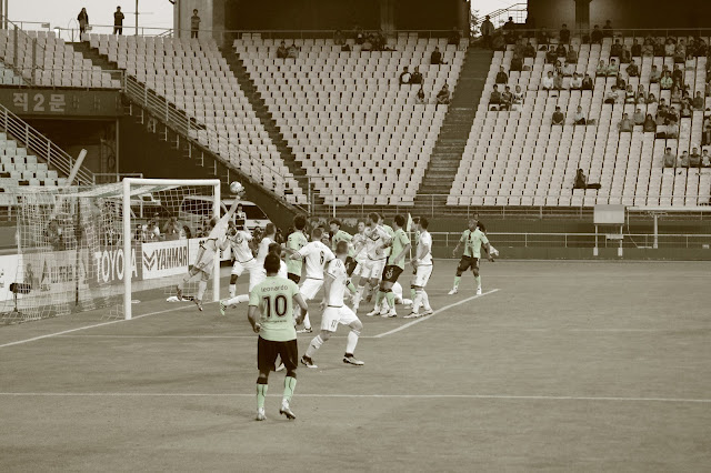 Leonardo scores his and Jeonbuk Hyundai Motors' first goal from a free kick against Melbourne Victory (Photo Credit: Howard Cheng)
