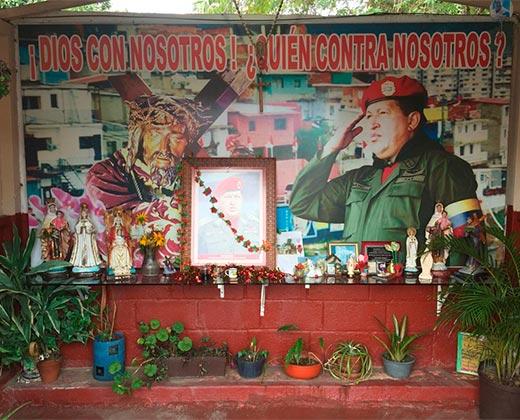 """¡FIN DE MUNDO! Con rezos y cultos, seguidores de Chávez lo idolatran como un """"Santo"""""""