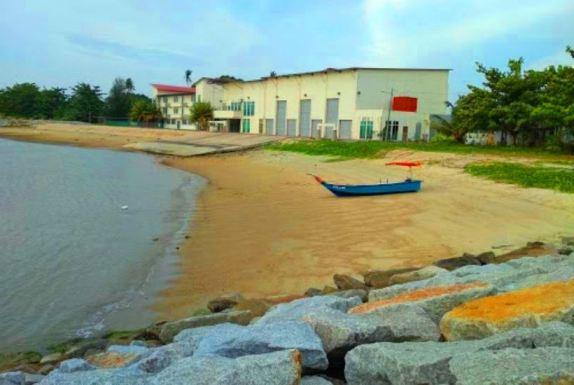 chalet pantai suria pengkalan balak pemandangan nelayan