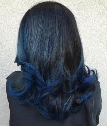 model rambut panjang gelombang cat biru degradasi